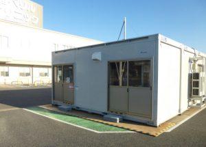 発熱外来用に駐車場にプレハブ(陰圧室)を設置しました。